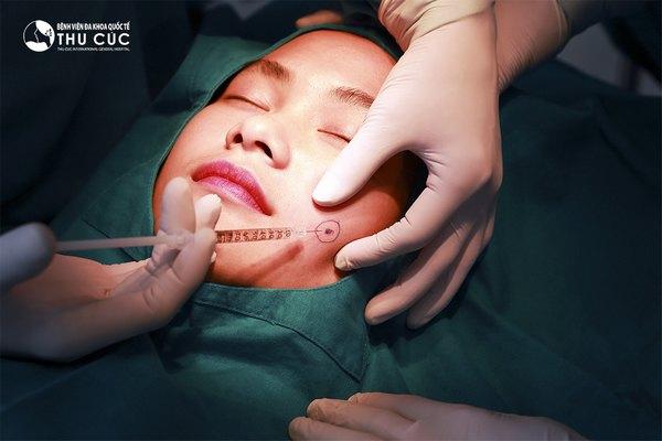 Khách hàng được gây tê trước khi thực hiện phẫu thuật