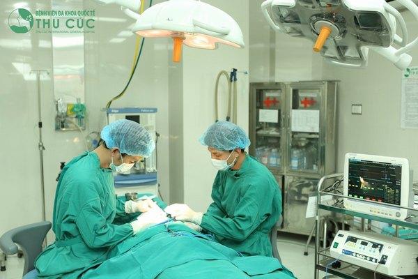 Phẫu thuật nâng mũi được thực hiện trong phòng mổ vô khuẩn 1 chiều hiện đại