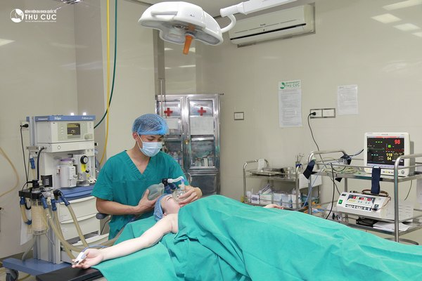 Bác sĩ Thu Cúc thực hiện gây mê cho khách hàng trước khi hút mỡ