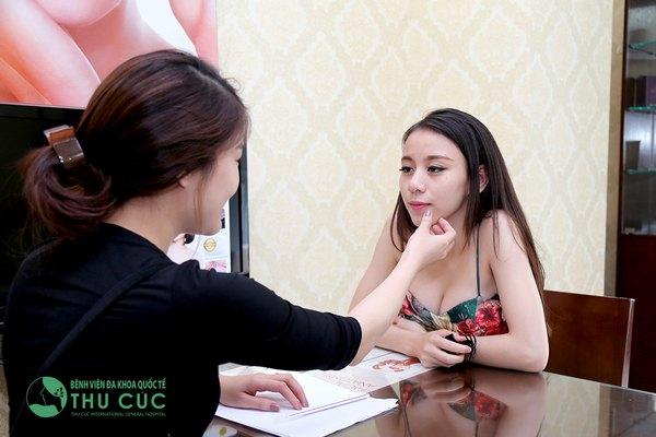 Chuyên viên tư vấn cho khách hàng trước khi thực hiện phẫu thuật