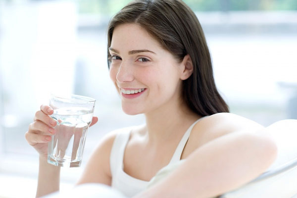 Chị em cần đảm bảo cung cấp đủ ít nhất 2 lít nước cho cơ thể mỗi ngày.