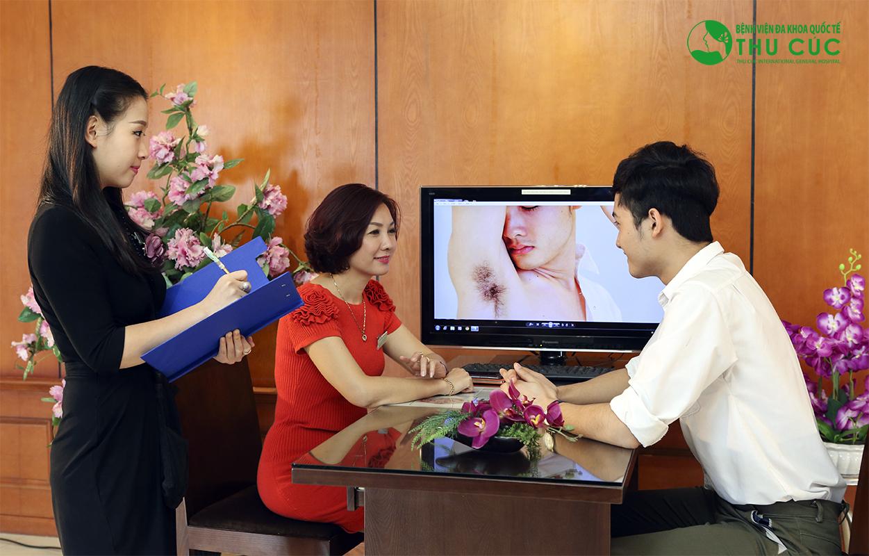 Đầu tiên, khách hàng sẽ được chuyên gia thẩm mỹ thăm khám, tư vấn về tình trạng bệnh cũng như phương pháp điều trị