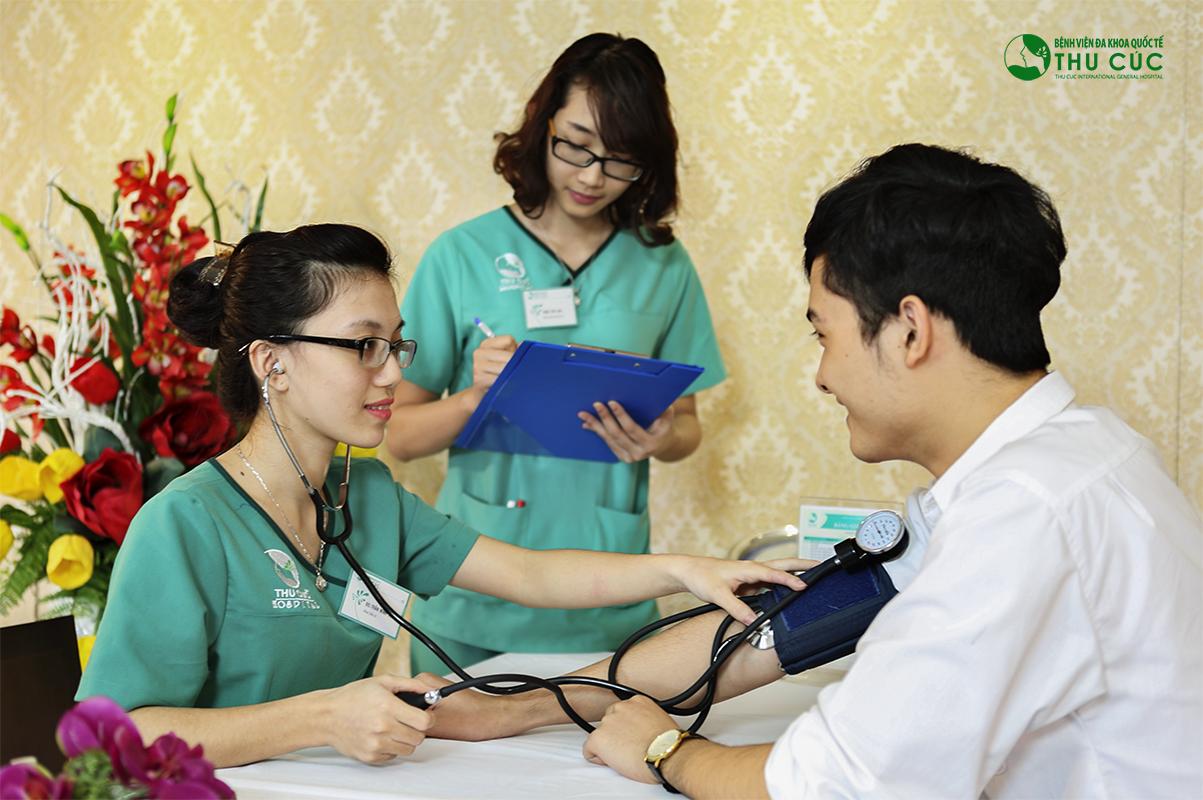 Khách hàng được kiểm tra sức khỏe trước khi thực hiện phẫu thuật