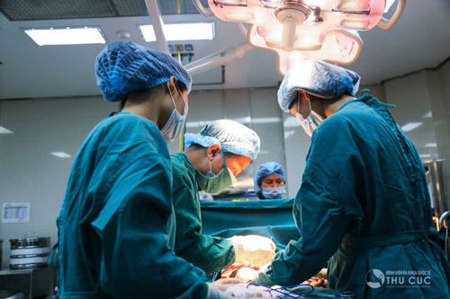 Quá trình cắt tuyến mồ hôi diễn ra trong khoảng 60 phút. Vết rạch nhỏ được khâu lại khéo léo bằng chỉ thẩm mỹ.