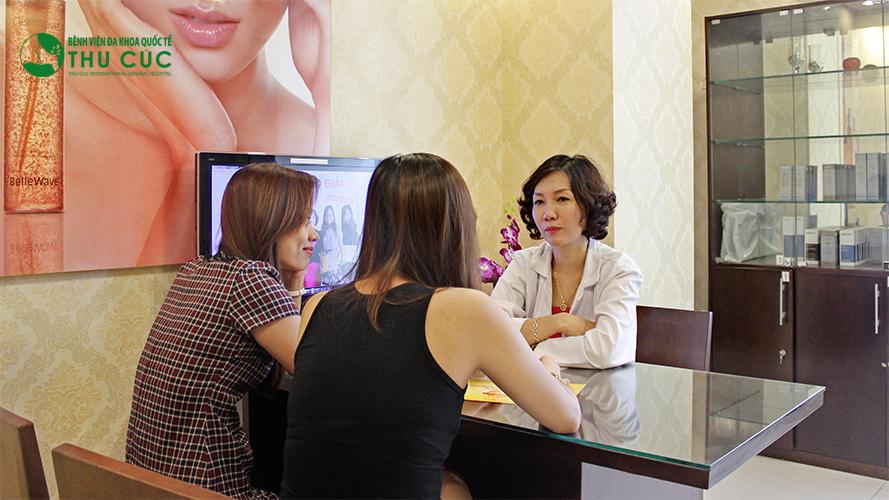 Bác sĩ thăm khám và tư vấn liệu trình điều trị cho khách hàng