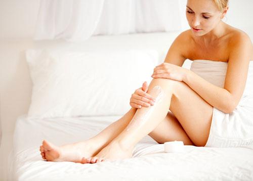 Sau thực hiện, khách hàng được bôi kem dưỡng lên vùng da vừa triệt lông
