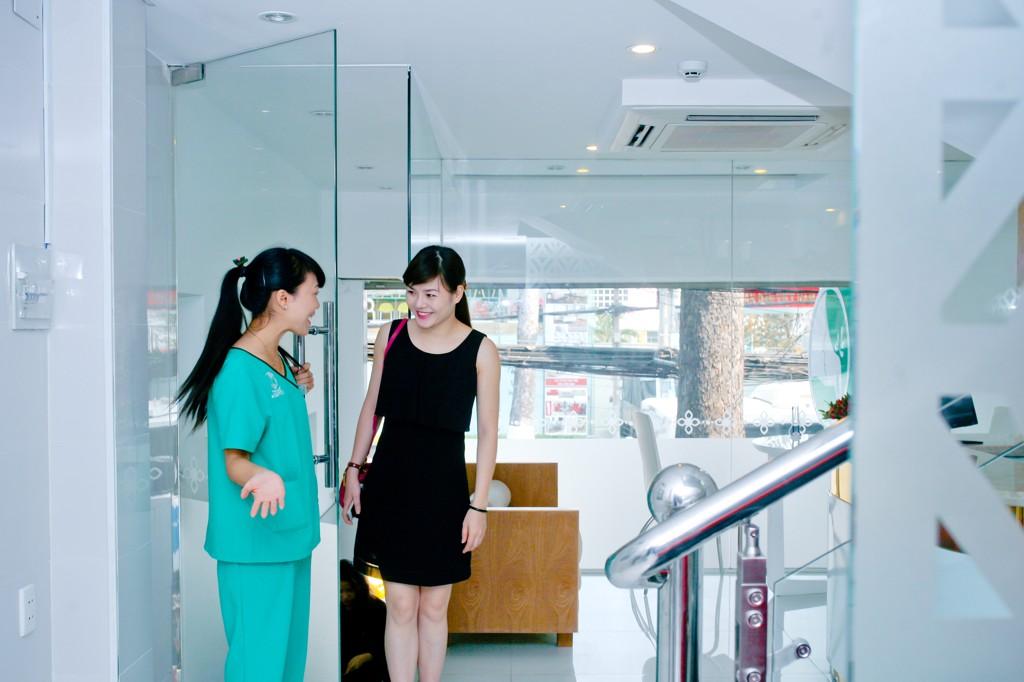 Nhân viên Thu Cúc nhiệt tình hướng dẫn khách hàng