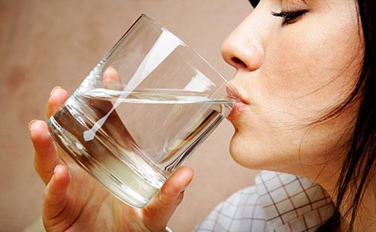 Nếu muốn giảm béo, bạn nên uống từ 2,5 – 3 lít nước mỗi ngày