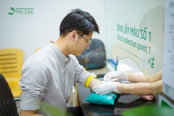 Khách hàng được kiểm tra sức khỏe đầy đủ trước khi thực hiện phẫu thuật