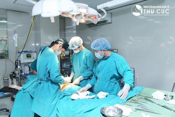 Các bác sĩ Thu Cúc thực hiện phẫu thuật trong phòng mổ vô khuẩn 1 chiều hiện đại