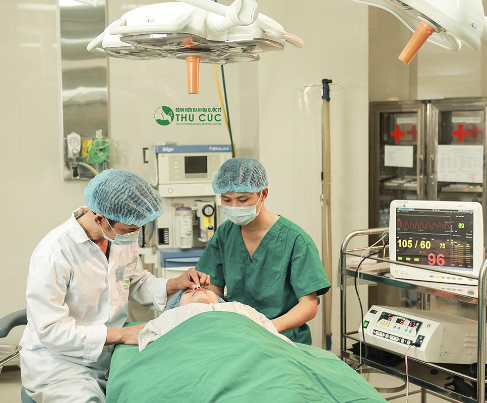Các bác sĩ Thu Cúc sẽ thực hiện phẫu thuật với thao tác chính xác, nhẹ nhàng, tác động đến 3 phần chính là đầu mũi, sống mũi và lỗ mũi.