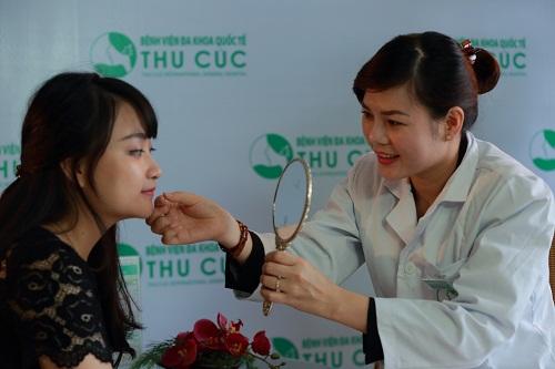 Bác sĩ Thu Cúc tư vấn cho khách hàng về phương pháp tạo môi trái tim