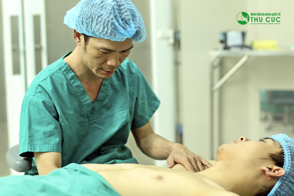 Bác sĩ tiến hành điều trị cho khách hàng