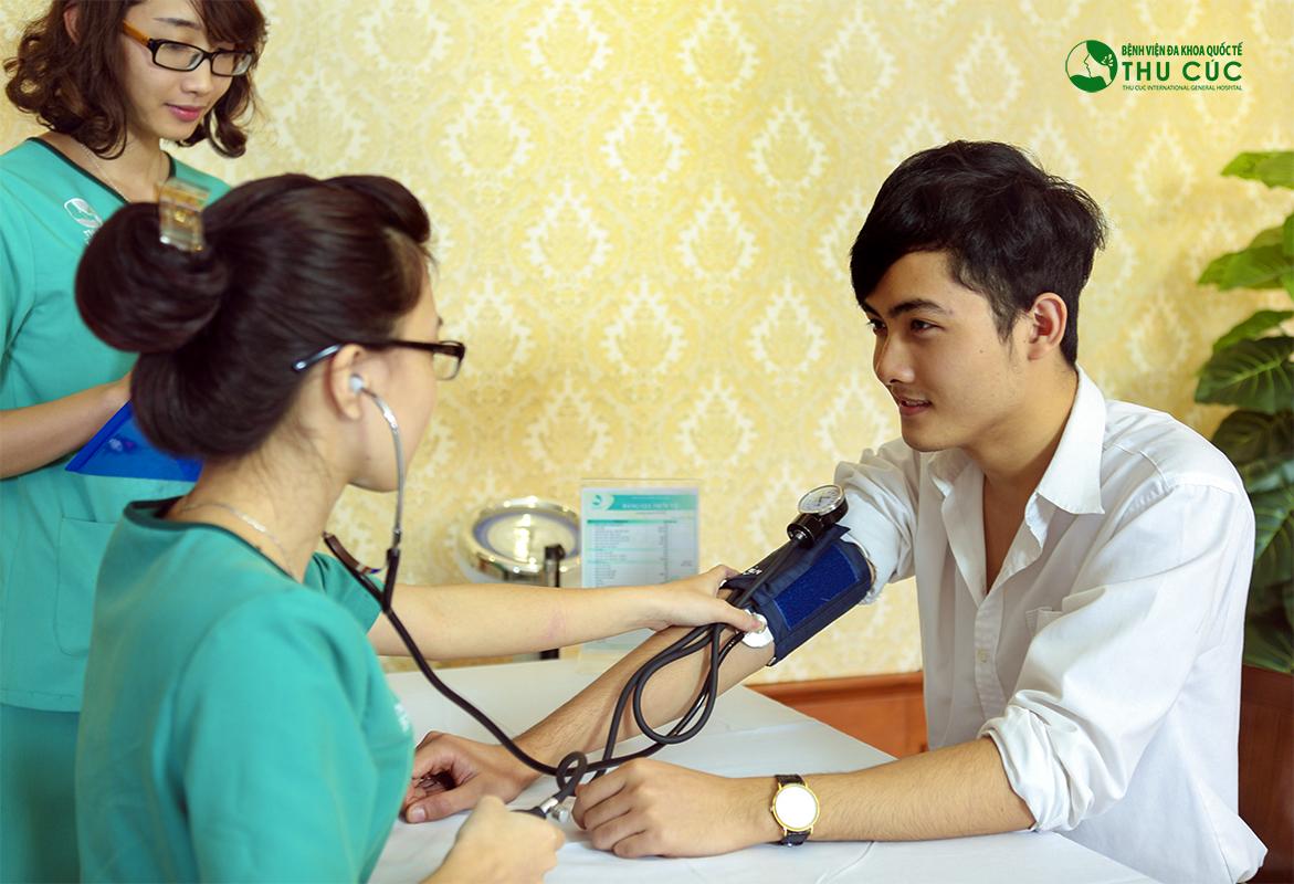 Đội ngũ y tá tận tình thăm khám sức khỏe của khách hàng