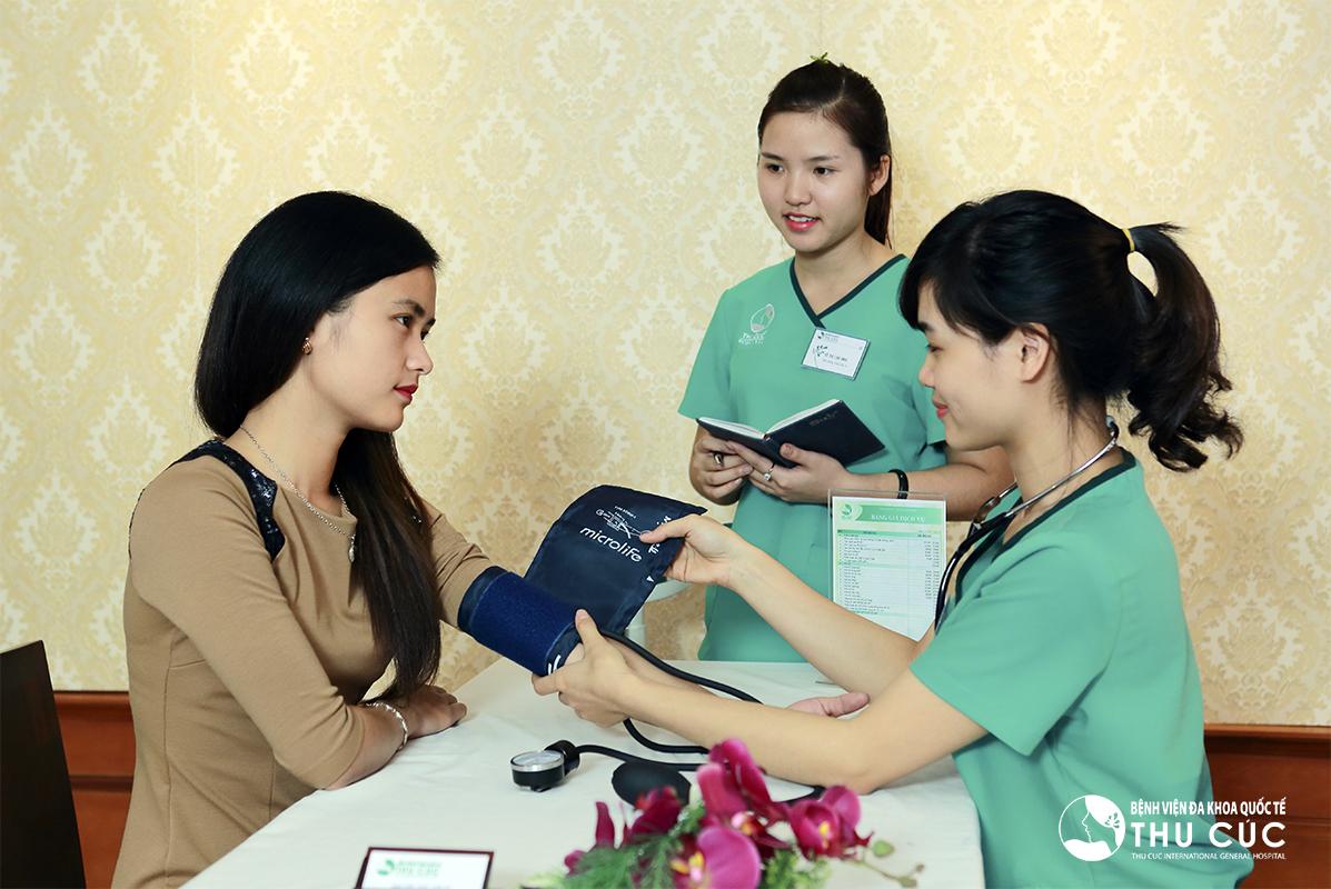Đội ngũ điều dưỡng viên kiểm tra sức khỏe của khách hàng trước khi điều trị