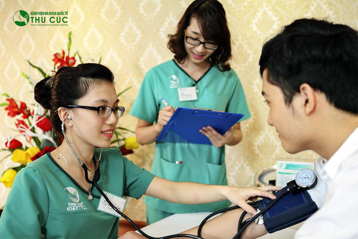 Khách hàng được kiểm tra sức khỏe tổng quát trước khi tiến hành trị liệu