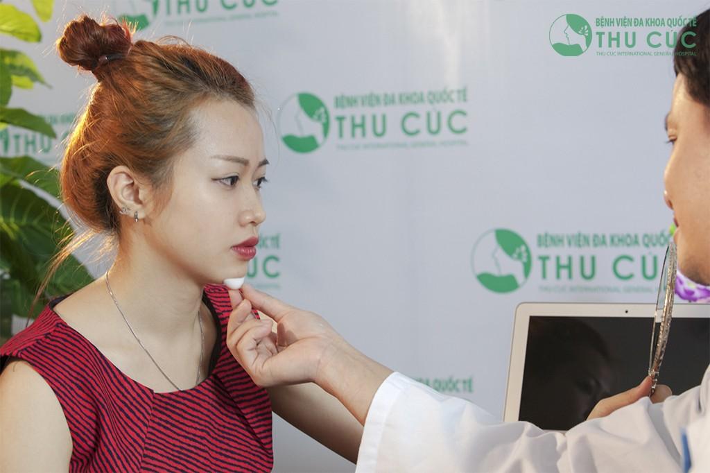 Bác sĩ tiến hành đo chất liệu độn để cắt gọt phù hợp khuôn cằm của khách hàng