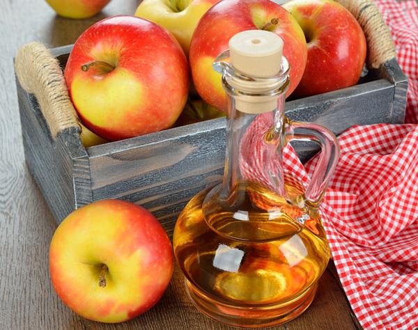 Với thành phần dinh dưỡng chứa lượng lớn khoáng chất, vitamin và chất chống oxy hóa, táo được xem là thần dược ngăn ngừa nếp nhăn hiệu quả. Bạn chỉ cần xay nhuyễn táo trộn cùng một ít mật ong thành hỗn hợp sền sệt, dùng đắp mặt khoảng 20 phút rồi rửa sạch. Thực hiện đều đặn 2 - 3 lần/tuần