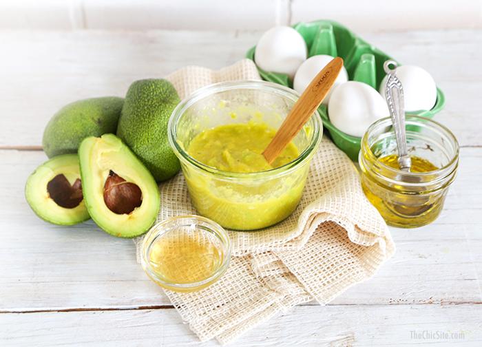 Nhờ thành phần chứa nhiều vitamin, khoáng chất, chất chống oxy hóa, quả bơ có thể làm chậm lại quá trình lão hóa da. Để làm mặt nạ trẻ hóa da từ bơ, bạn hãy xay nhuyễn 3 nguyên liệu bơ, 1 lòng trắng trứng gà, 1 thìa cà phê mật ong, dùng hỗn hợp đắp mặt 15 - 20 phút rồi rửa sạch. Công thức này không những giúp làn da hồng hào, khỏe mạnh mà còn có thể trị mụn, trị nám rất tốt