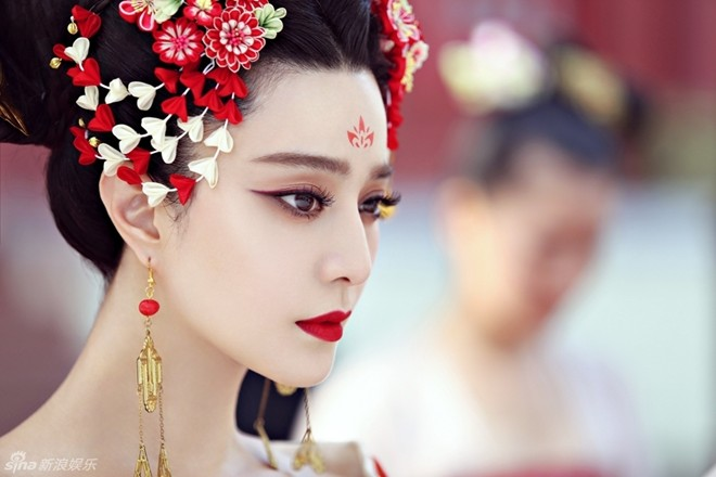 Tạo hình Võ Tắc Thiên của Phạm Băng Băng với màu son đỏ làm nổi bật đôi môi trái tim