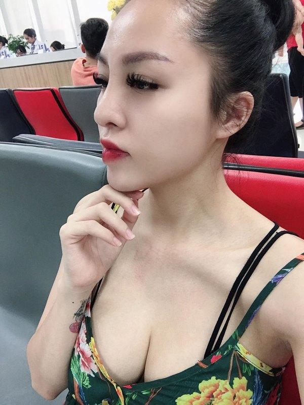 Minh Nguyệt khoe góc nghiêng thần thánh với dáng mũi Sline mềm mại và cực hợp với gương mặt thanh tú của cô nàng