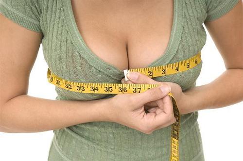 Vòng một chảy xệ có thể do nhiều nguyên nhân như bẩm sinh, quá trình dậy thì, chế độ ăn uống, tình trạng dinh dưỡng, mang thai và sinh nở