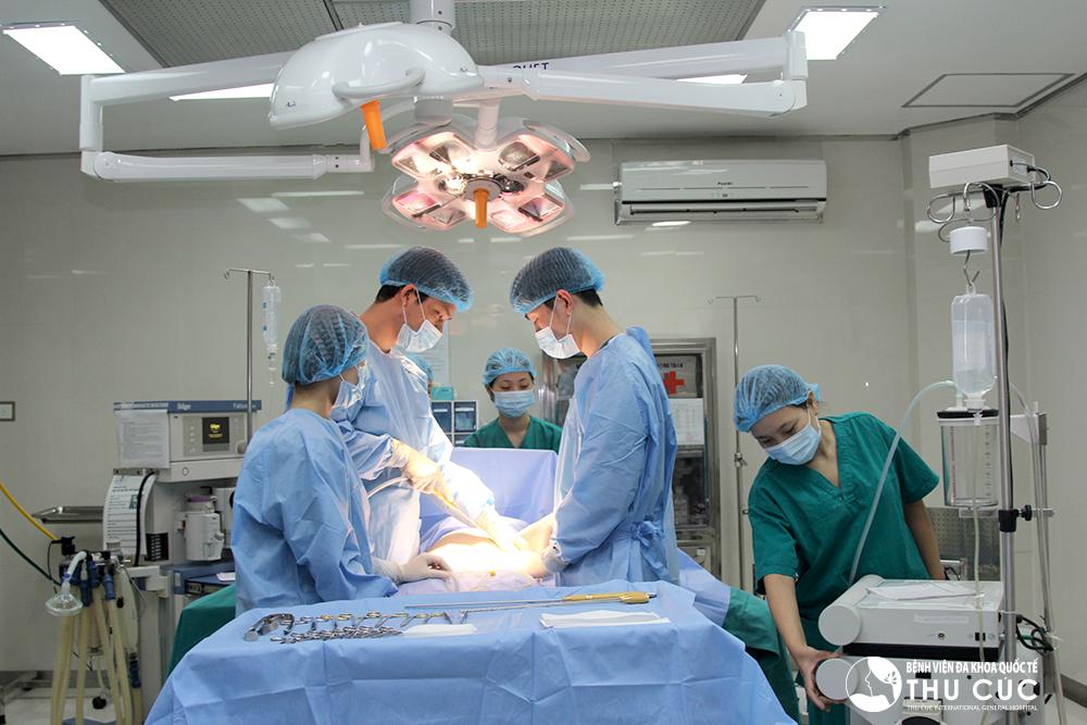 Nâng ngực bằng mỡ tự thân sử dụng mỡ thừa trên cơ thể để cấy lên vùng ngực sau khi lọc ly tâm