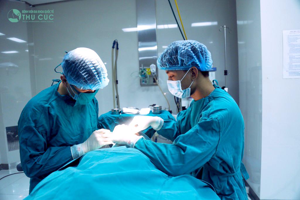 Bác sĩ thực hiện thao tác nhấn mí theo phương pháp khách hàng đã lựa chọn trước đó: bấm mí tạm thời hoặc bấm mí vĩnh viễn