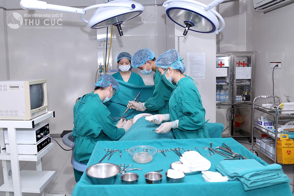 Trực tiếp thực hiện phẫu thuật nâng ngực là các bác sĩ có tay nghề cao, dày dặn kinh nghiệm. Dưới sự hỗ trợ của thiết bị nội soi, bác sĩ sẽ tạo một đường rạch nhỏ tại nách, bóc tách tạo khoang ngực, đặt túi độn vào trong và đóng kín vết mổ bằng chỉ khâu thẩm mỹ. Quá trình nâng ngực diễn ra trong khoảng 60 - 90 phút