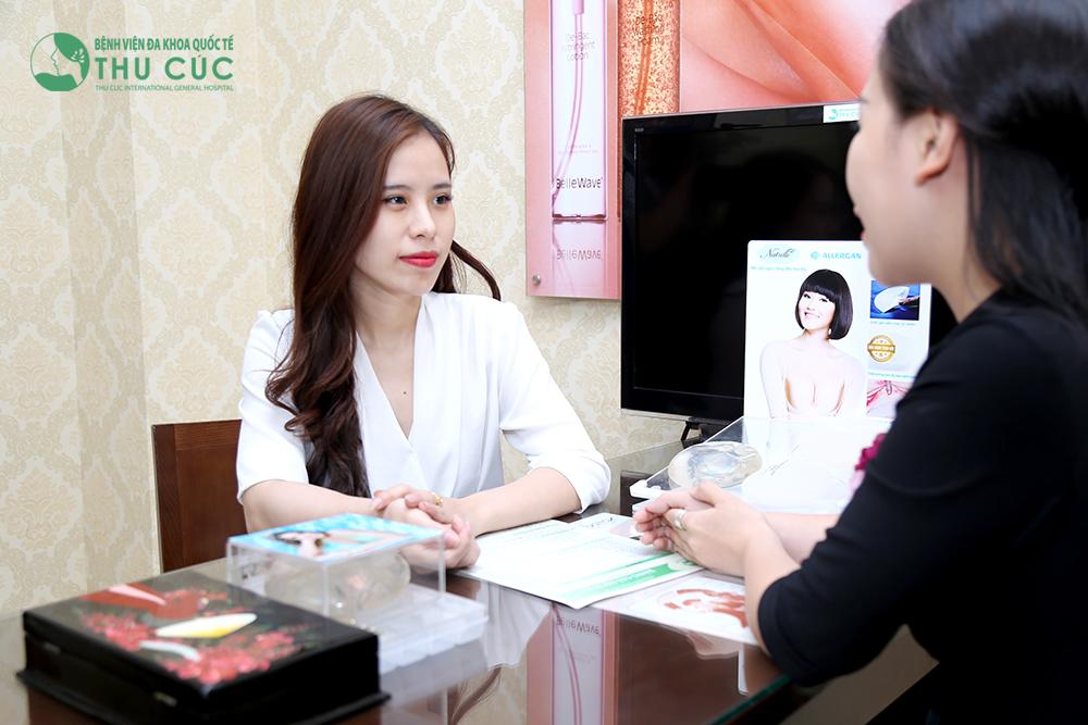Bác sĩ thăm khám và tư vấn cho khách hàng về phương pháp nâng ngực