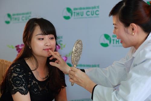 Bác sĩ Thu Cúc tư vấn tạo môi trái tim cho khách hàng