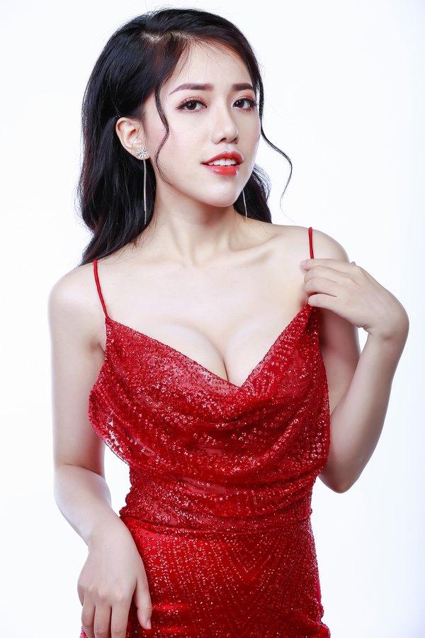 Nữ ca sĩ Phùng Khánh Linh với vòng 1 gợi cảm sau khi nâng ngực tại Thu Cúc
