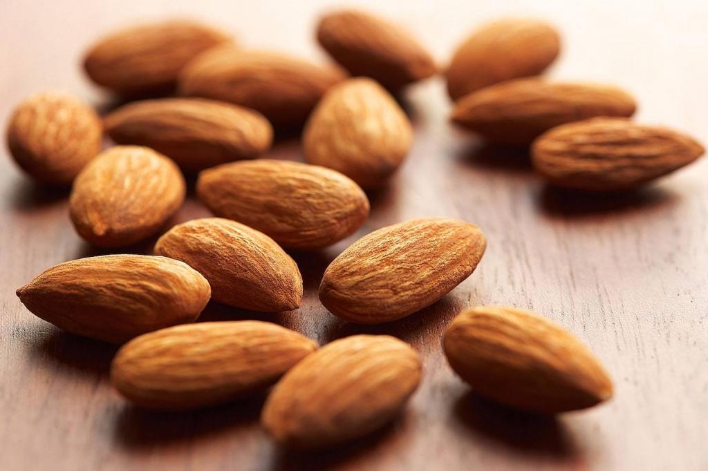 Với lượng vitamin E dồi dào, hạnh nhân giúp thúc đẩy tính đàn hồi của da và ngăn ngừa các nếp nhăn. Bạn có thể sử dụng hạnh nhân như một đồ ăn nhẹ hoặc thêm chúng vào trong món ăn chính