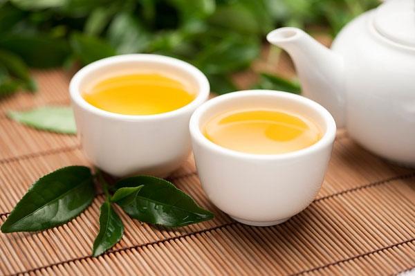 Trà xanh chứa thành phần chất chống oxy hóa mạnh mẽ, giúp chống lại các gốc tự do gây hại cho da, duy trì vẻ tươi trẻ và mịn màng của da. Với trà xanh, bạn có thể dùng bột trà đắp mặt hoặc pha nước uống mỗi ngày đều rất tốt