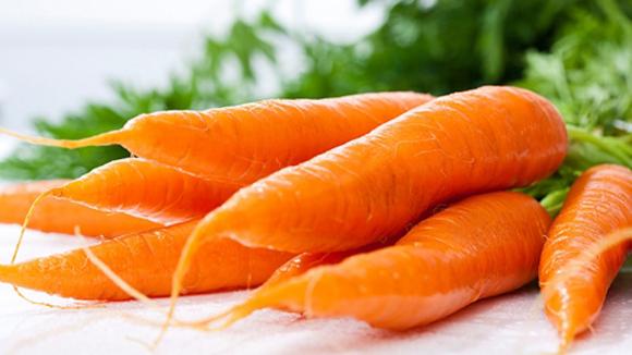 Trong cà rốt chứa một lượng dồi dào vitamin A giúp da luôn căng mịn, đều màu, trẻ hóa. Bạn có thể uống nước ép cà rốt thường xuyên hoặc dùng cà rốt đắp mặt nạ đều rất tốt cho da.