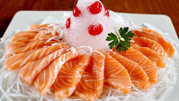Một số loại cá giàu axit béo omega 3 như cá hồi, cá thu, cá ngừ,...có tác dụng rất lớn trong việc giảm tác hại do các chất độc và tia UV gây ra cho làn da. Ngoài ra omega-3 con giúp bảo vệ sức khỏe tim mạch. Chính vì vậy bạn nên tăng cường cá trong các bữa ăn hằng ngày.