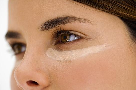 Mắt là vị trí dễ nhận thấy các dấu hiệu lão hóa nhất trên khuôn mặt