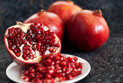 Tin vui cho những chị em có sở thích ăn lựu là loại quả này giúp da sản sinh nhiều collagen, trở nên mịn màng tươi trẻ hơn