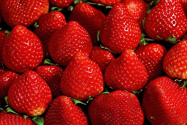 Một tách dâu tây có chứa đến 130% vitamin C giúp tăng cường sản xuất chất xơ, collagen, cho làn da luôn mịn màng, săn chắc