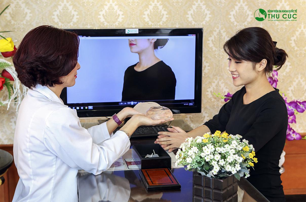 Bác sĩ Thu Cúc tư vấn cho khách hàng về phương pháp nâng ngực an toàn, hiệu quả