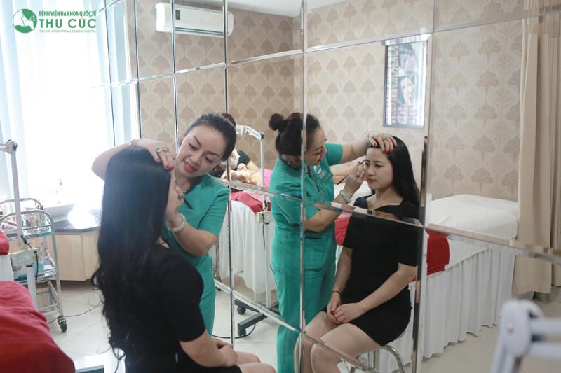 Chuyên gia Thu Cúc tiến hành phun thêu lông mày cho khách hàng
