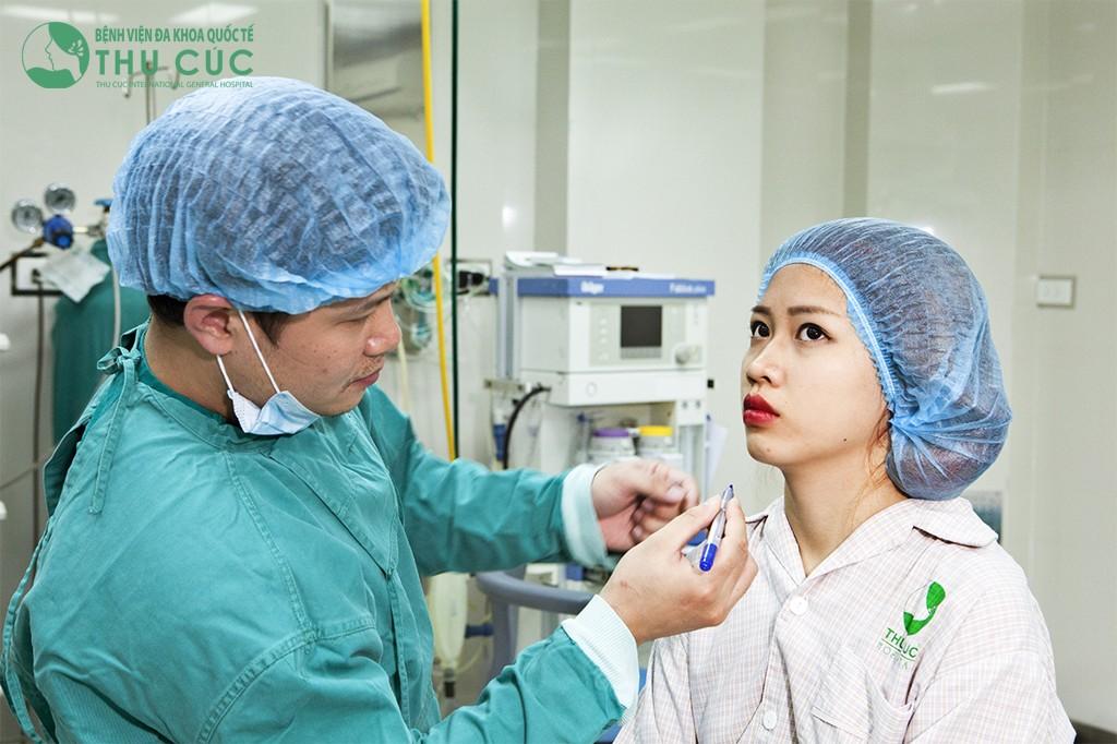 Bác sĩ tiến hành đo vẽ vùng cằm thật tỉ mỉ trước khi phẫu thuật