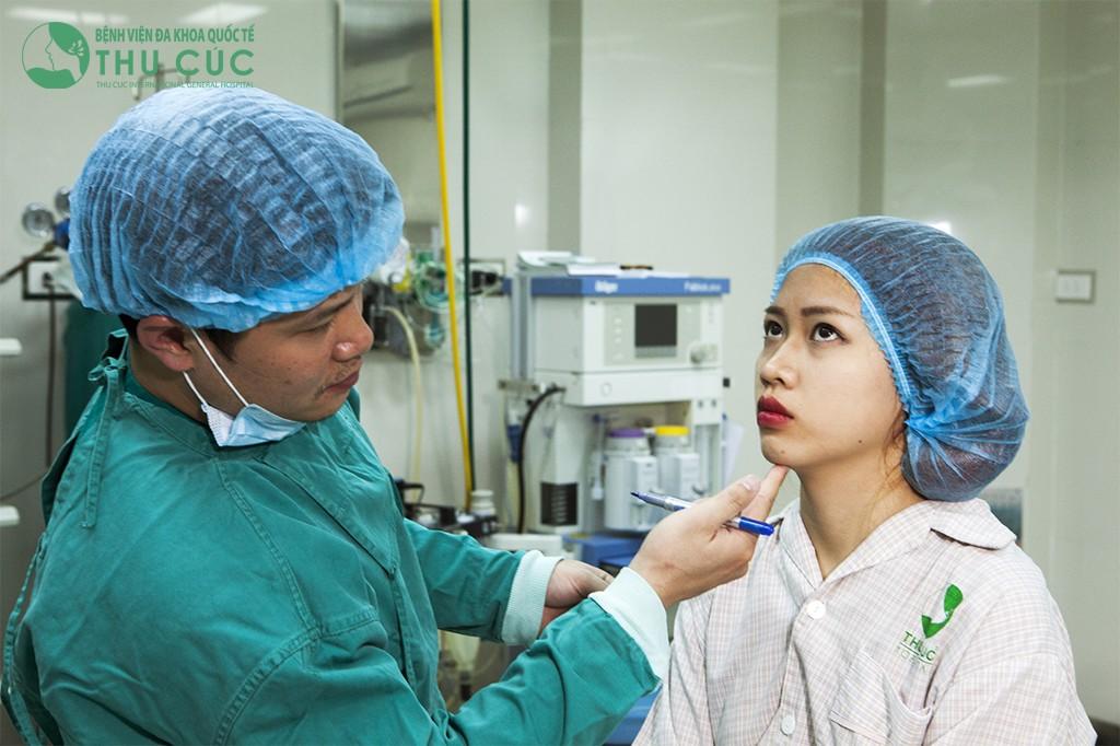 Bác sĩ đo vẽ khuôn cằm để tạo dáng cằm chẻ hoàn hảo cho khách hàng