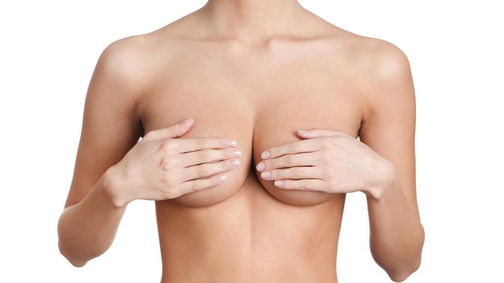 Nguyên nhân dẫn đến tình trạng ngực quá khổ có thể do di truyền, sau sinh nở, tăng cân đột ngột,…