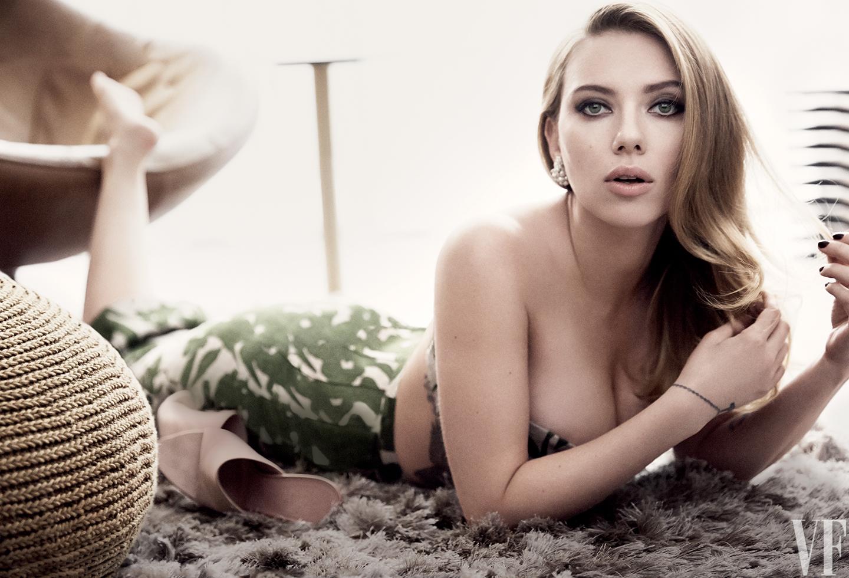 Nhờ vào bộ ngực trời cho này mà Scarlet được mệnh danh là biểu tượng sexy và thường xuyên có mặt ở top đầu các bình chọn người phụ nữ gợi cảm nhất thế giới.