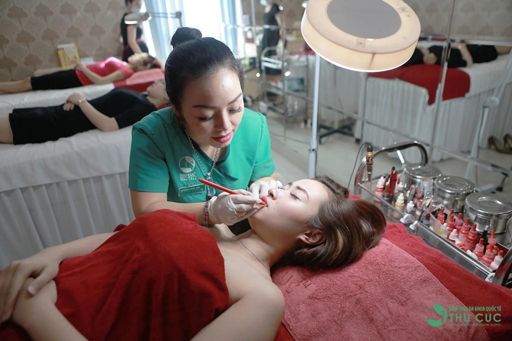 Chuyên viên thẩm mỹ Thu Cúc thực hiện phun xăm môi cho khách hàng