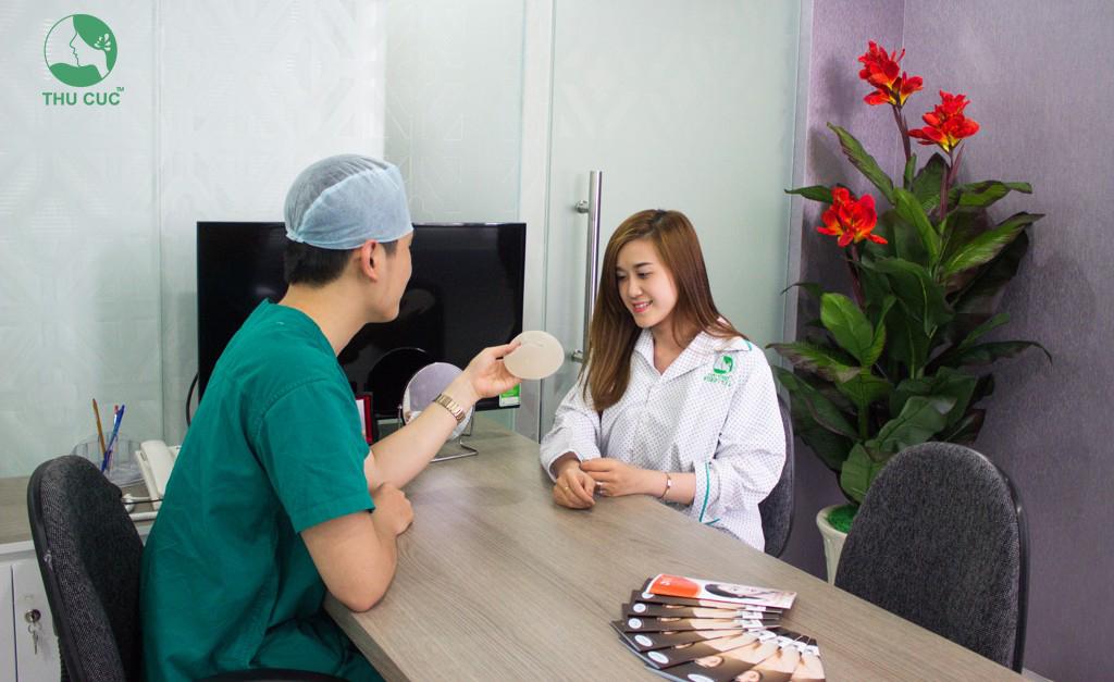 Bác sĩ tại Thẩm mỹ Thu Cúc Sài Gòn tận tình trong tư vấn cho khách hàng về phương pháp làm đẹp hiện đại, an toàn.