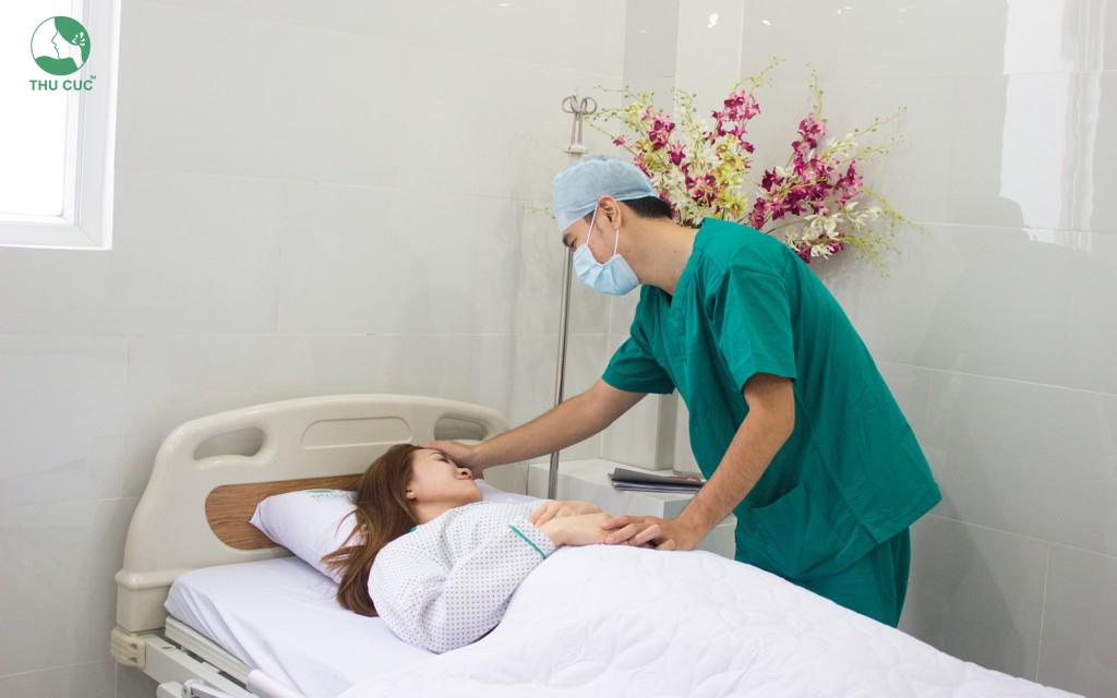 Tận tâm chăm sóc khách hàng sau quá trình làm đẹp giúp chị em nhanh chóng hồi phục và cảm nhận được những đổi thay tích cực nơi diện mạo.