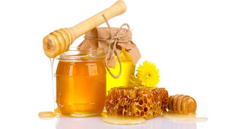 Trong mật ong chứa nhiều vitamin A, E, C, vitamin nhóm B, chất chống oxy hóa cùng các khoáng chất thiết yếu như đồng, sắt, kẽm, canxi, kali, phốt pho