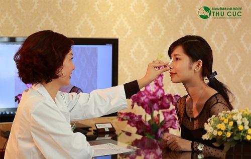 Bác sĩ trực tiếp thăm khám và tư vấn phương pháp nâng mũi phù hợp